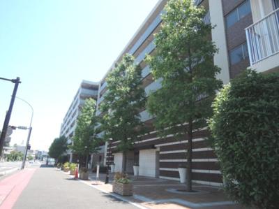 総戸数332戸、2009年1月築、管理人は日勤勤務につき管理体制良好です♪