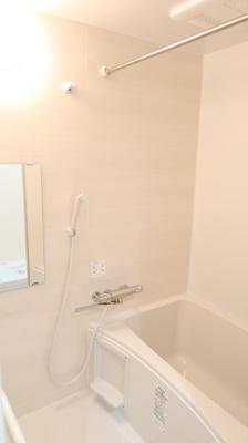 浴室換気乾燥機付きで快適です。雨や夜でも洗濯物を乾かせます。バスルームを湿気から守りカビ防止となります。