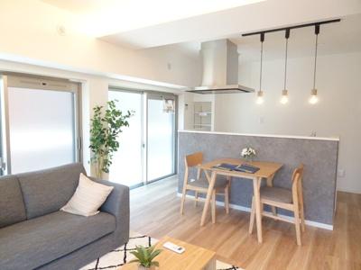 専用庭を眺めながら明るく開放的な空間が広がるLDK。室内には豊かな陽光が注ぎ込み、爽やかな住空間を演出。ホームパーティでもゲストと一緒に調理を楽しみながら時間を過ごせそう。