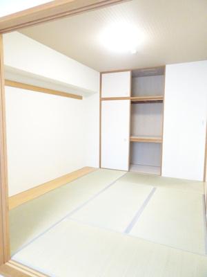 リビングと繋がり寛ぐ空間の和室!