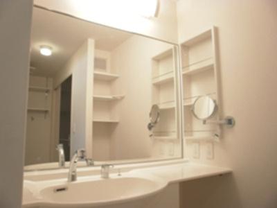 205 洗髪洗面化粧台は大きい鏡付のドレッサータイプです☆