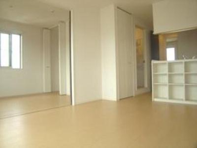 203 LDK~洋室の雰囲気です☆扉を開けると一間で広く使えますよ