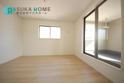 ゆったりとした洋室は窓も大きくなくプライバシーも守れます。 このお部屋は日当たりもよく、広さとしても寝室にうってつけです。是非実際にご覧ください。