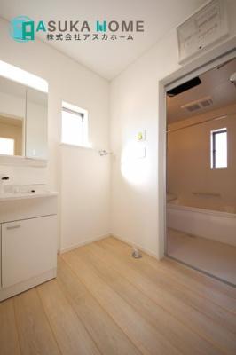 浴室は乾きやすく、滑りにくい速乾床を採用。お子さまとのお風呂タイムも安心です。