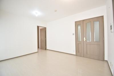 右扉が廊下へのドア、左扉が洋室へのドアです。画像右に小さく見えているものはTVインターフォンです。