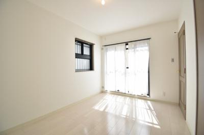南側、洋室6帖のお部屋です。床に日差しが差し込んでいるのが見えますよね。