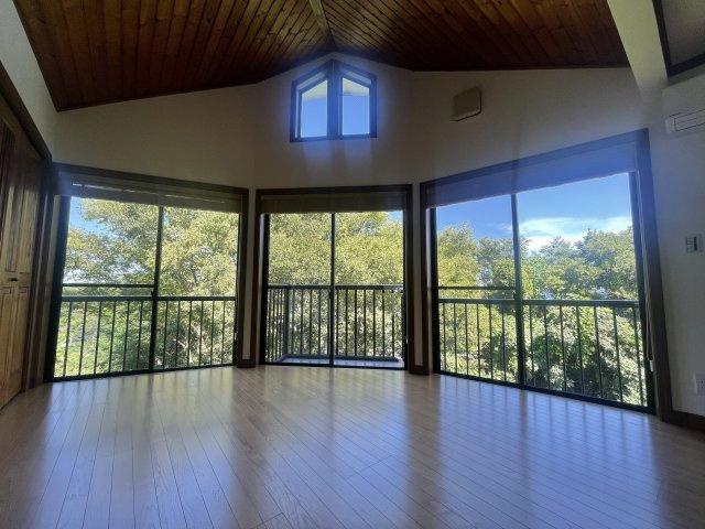 2階リビングからは緑に囲まれた自然豊かな住環境