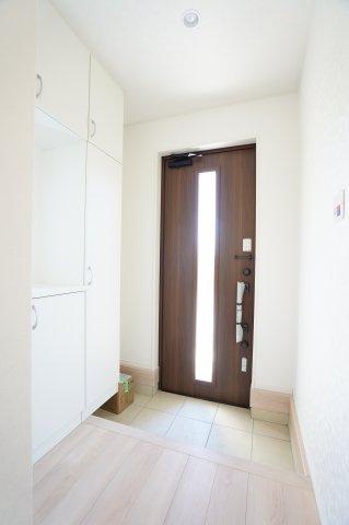 【同仕様施工例】お近くの完成物件をご案内いたします♪住ムパルまでお電話下さい!ガラス部分から光が取り込める玄関ドアです。玄関が明るくなっていいですね。