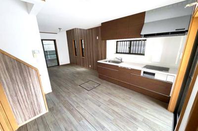食器洗浄乾燥機付きのシステムキッチンは環境にも奥様の手にも優しい設備。LDKは3面採光で明るく風通しの良い室内です。