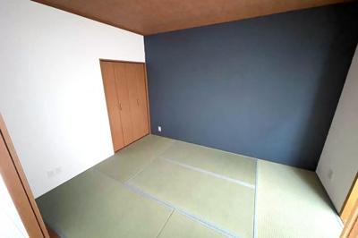 《和室約6帖》LDK続きの和室は、押し入れもしっかり完備されています。扉を開放すれば約19帖の広々としたスペースに。