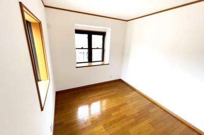 《洋室約5.25帖①》2階には3部屋の寝室があります。どちらも洋室です。