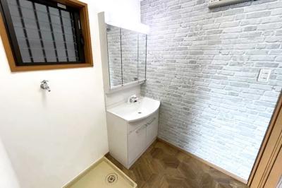 洗面化粧台はシャンプーが出来るタイプです。怪我などで入浴できない時でも洗面台でシャンプーが出来て大変便利です。