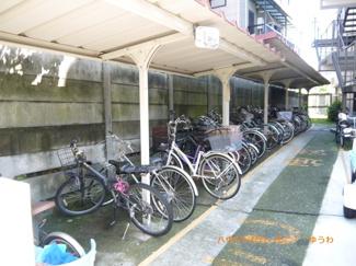 敷地内に、屋根付き専用駐輪場有ります。