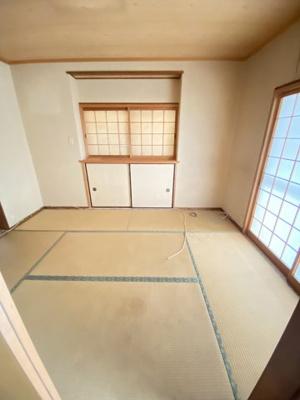 窓も多く明るく広い和室です。