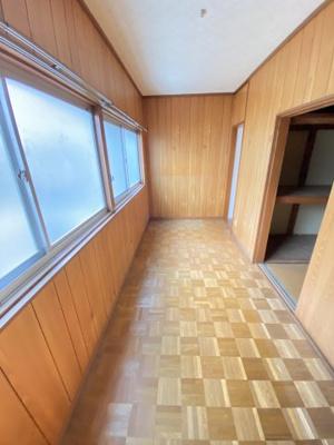 前面道路側の洋室で、窓も大きくとても明るい部屋です。