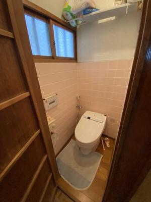 トイレにも窓があるので換気ができて嬉しいですね。