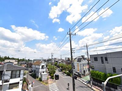 遮るものがなくきれいな青い空が見渡せます。夏の青い空と気持ちの良い風を肌で感じてください。