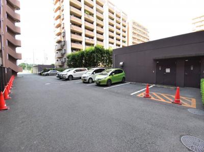 敷地内にゆとりある専用駐車場完備しております。最新の空き状況はお問い合わせください。