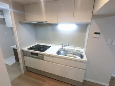 3口ガスコンロのシステムキッチンです。 壁付けタイプのキッチンでお部屋を広くお使いできます。