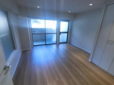 7.0帖の洋室は主寝室にいかがでしょうか。 2面採光で風通し◎