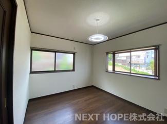 2階洋室6帖です♪二面採光のたいへん明るく開放的な室内です(^^)