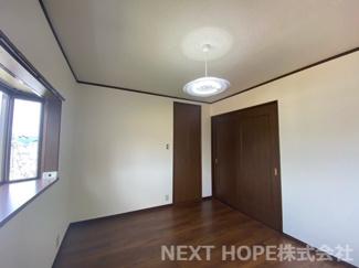 2階洋室6帖です♪出窓で明るく開放的な室内です!!