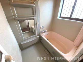 浴室です♪一日の疲れを癒してくれます!大きな窓も有り、換気も十分できますね(^^)