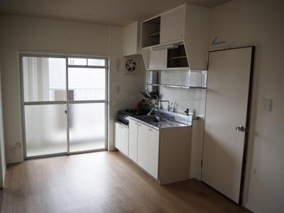 キッチンのそばに大きな窓があるので、炊事をしながら外の天気も確認しやすいです