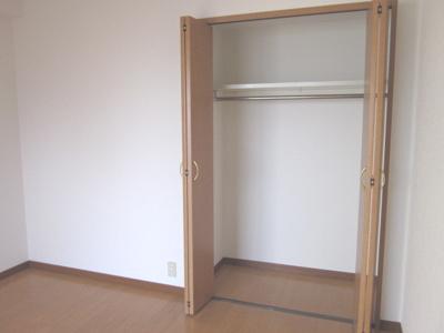同じ間取りの別の部屋の写真です。各部屋に収納があるって、やっぱり便利です。