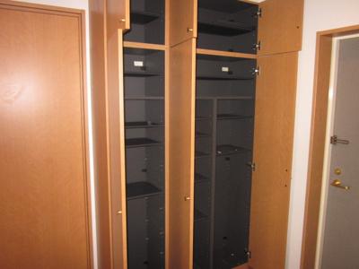 同じ間取りの別の部屋の写真です。背の高いシューズBOXはたくさん靴が入ります。