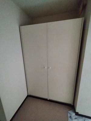 玄関右廊下部分にある収納です。