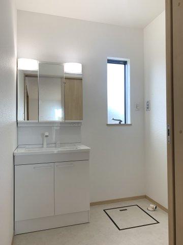【同仕様施工例】1階6帖 洋室普段使いの衣類やバッグ等収納するのに便利です。