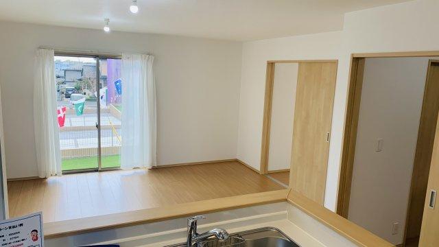 【同仕様施工例】ガラス部分から光が取り込める玄関ドアです。玄関が明るくなります。