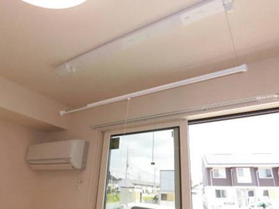 LDKにエアコンと便利な室内物干しを設置しています