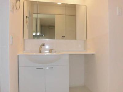 大型洗髪洗面化粧台の鏡裏に収納棚が付いています