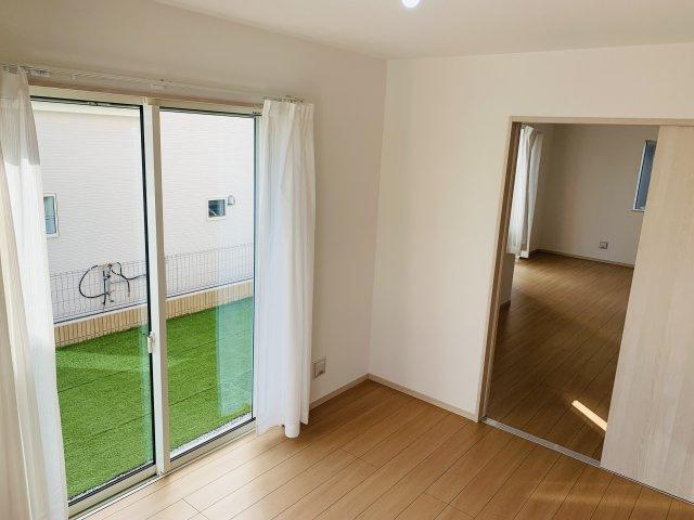 【同仕様施工例】掃出し窓があるのでお庭にも出られます。