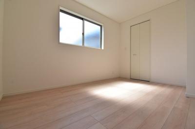 約5.7帖の洋室。各居室十分な広さを確保しております。あなたならどんなお部屋として使いますか?