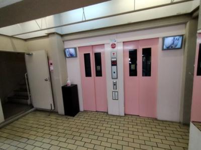 エレベーターは二基あるので、混雑時にも待ち時間が少ないです。防犯カメラ付きでセキュリティ面も安心。