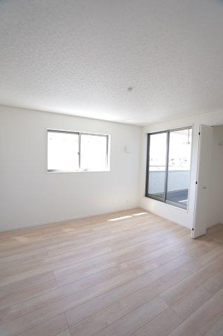 【同仕様施工例】2階 日中の陽の光を感じ暖かいお部屋です。