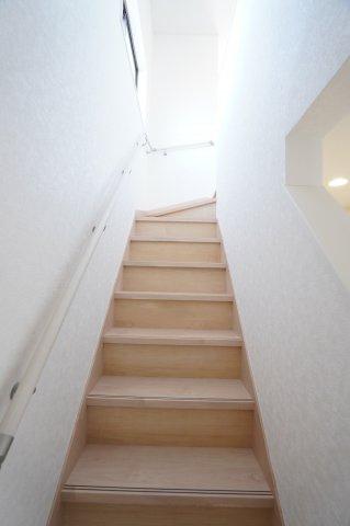 【同仕様施工例】手すり付階段です。安心して階段の上り下りできますね。