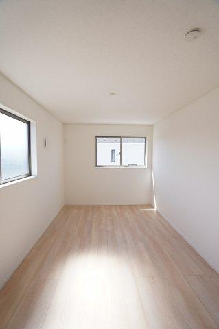 【同仕様施工例】2階 窓が2面ありますので、気持ちのよい風が入ってきそうなお部屋です。