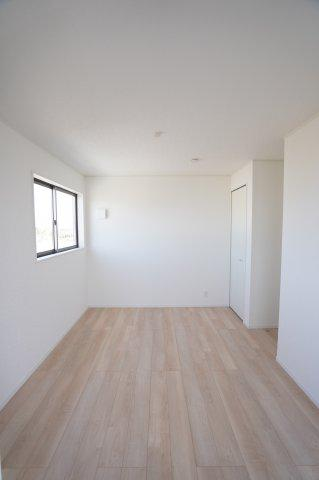 【同仕様施工例】2階 バルコニーがあるお部屋です。大きな窓から明るい光が差し込みます。