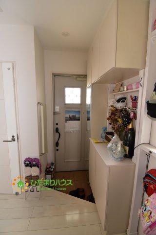 毎日「行ってきます」「ただいま」をいう玄関は小窓付で、明るい雰囲気☆彡