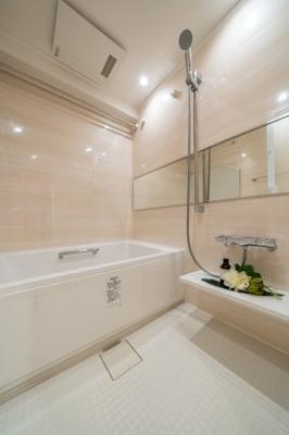鏡が大きく、清潔感のある浴室です!