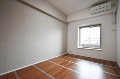 ベイサイドステージ東京の洋室です。