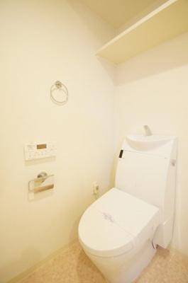 人気条件のバストイレ別タイプ・シャワー機能付きのトイレです