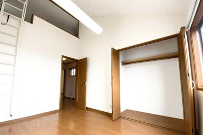 《洋室6帖①》こちらの洋室にはロフトがあります。ロフトのあるお部屋は天井が高くて開放的でうs。