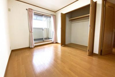 《洋室6帖②》こちらの洋室にもバルコニーがあります。全室に収納が完備されているので、お部屋が広く使えますね。