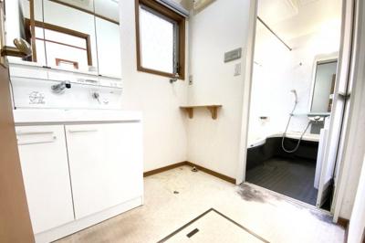 洗面化粧台はワイドタイプで収納もたっぷり!三面鏡の裏側も収納です。シャワー水栓でお掃除も楽々です。