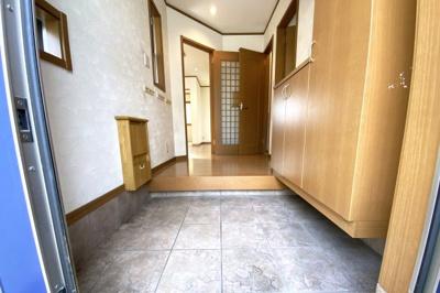 玄関にはシューズボックスがあり、壁に収納できるイスが付いています。靴を履くとき大変便利ですね。
